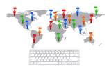 世界地図上で会話する人々