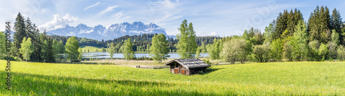 Landschaft - Panorama mit Wiese und Berge im Hintergrund - 111200664