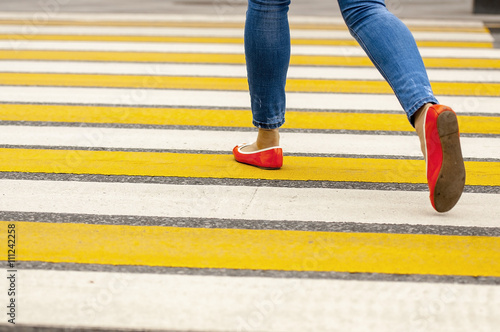 Plakat Woman crossing a road