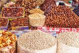 In einer Markthalle der afrikanischen Hafenstadt Agadir in Marokko mit frischen Datteln und Kichererbsen sowie verschiedenen Nüssen