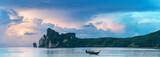 Bucht von Phi Phi Island Thailand am Morgen - 111284459