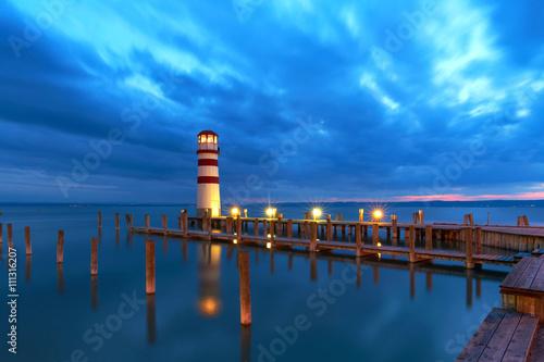 Fototapeta Leuchtfeuer am Neusiedler See, Nachtaufnahme