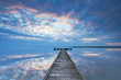 spiegelglatter See mit alten Holzsteg, Sonnenaufgang