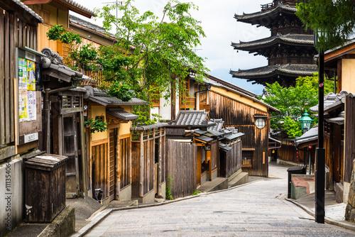 Fotobehang Kyoto 京都 八坂の塔と京町家の家並み
