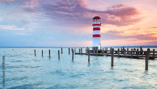 Abendstimmung am See, Leuchtturm und Steg - 111415468