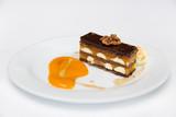 Вкусный шоколадный десерт на тарелке