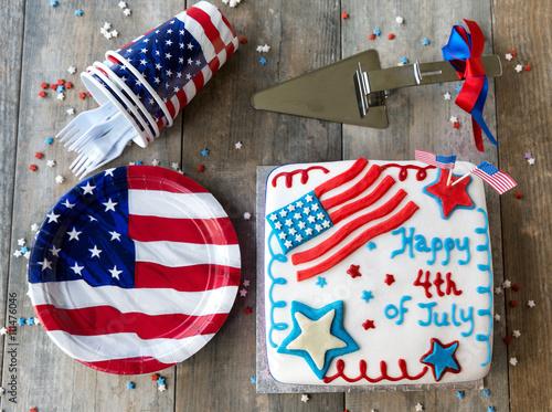 Keuken foto achterwand Vlinders in Grunge 4th of July Kuchen mit Papptellern und Pappbechern auf Holztisch von oben gesehen