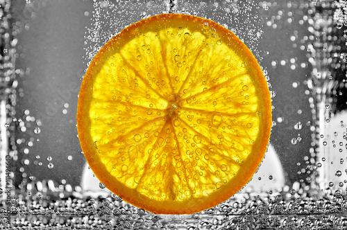 soczysty-plasterek-pomaranczowa-owoc-w-wodzie