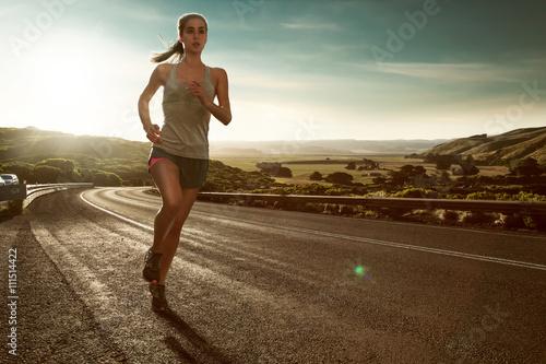 Valokuva Frau läuft im Sonnenuntergang