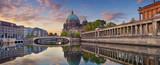 Berlin. Panoramiczny obraz Katedry Berlińskiej i Wyspy Muzeów w Berlinie podczas wschodu słońca.