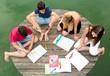 Gruppe Jugendliche lernen gemeinsam draußen am See