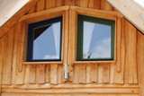 Fenster in einem Holzhaus