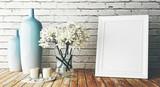 Cornice bianca su muro con vasi e fiori arredo - 111686090