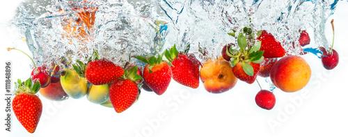 swieze-owoce-spadajace-do-wody