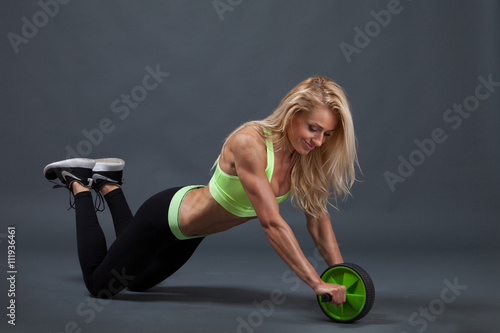 fototapeta na ścianę Bauchmuskeln trainieren mit Roller