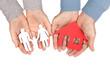 Haus und Familie - Schilder aus Pappe in den Händen halten