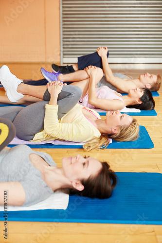 Fototapeta Pilates Klasse macht Stretching Übung
