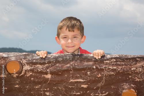 Tahta ardından gülümseyen çocuk Poster