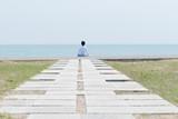 海岸に座る男性