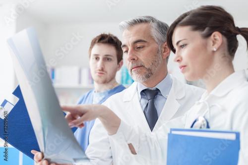 mata magnetyczna Medical team examining an x-ray