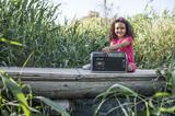Niña con radio