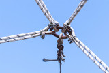 Quattro corde e un cavo unite nel cielo