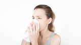 Donna soffia naso allergia starnuto
