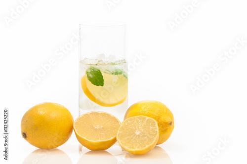 Eiskaltes Zitronenwasser für heiße Sommertage, kalorienarmer Fitnessdrink mit Zi Poster
