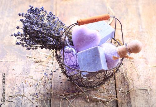 Papiers peints Lavande basket of lavender spa products