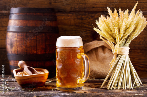 Fotografiet mug of beer with wheat ears