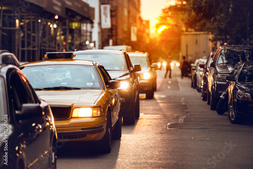 Deurstickers New York TAXI Car traffic on New York City street at sunset time