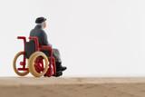 車いすの老人