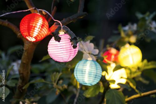 bunte Lampions am Abend im Garten