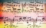 Musiknoten auf farbigem Hintergrund