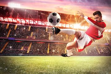 Fototapeta piłkarz strzela w powietrzu