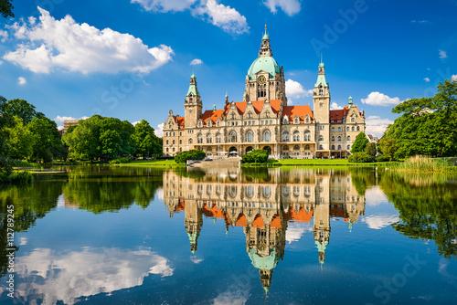 Leinwanddruck Bild Rathaus Hannover mit Spiegelung im Maschteich