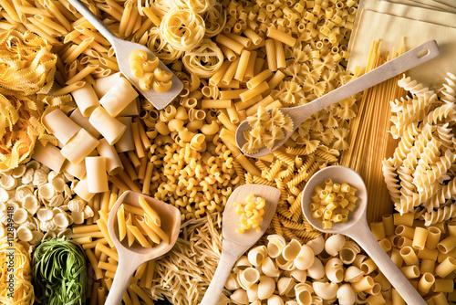 Poster fondo di pasta italiana mista con cucchiai di legno