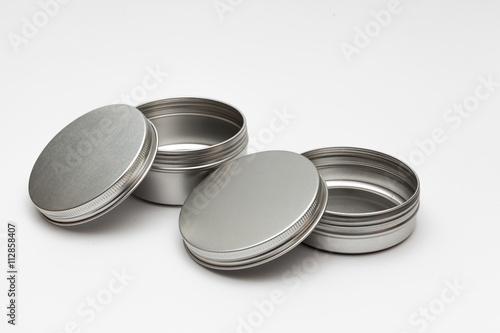 srebrne metalowe pojemniki