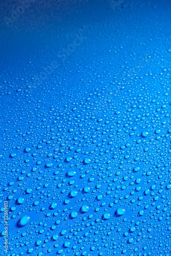 blyszczaca-niebieska-gladka-powierzchnia-pokryta-kroplami-rosy