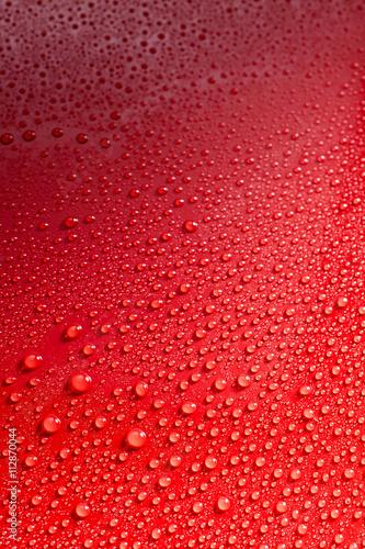 gladka-czerwona-powierzchnia-pokryta-kroplami-deszczu