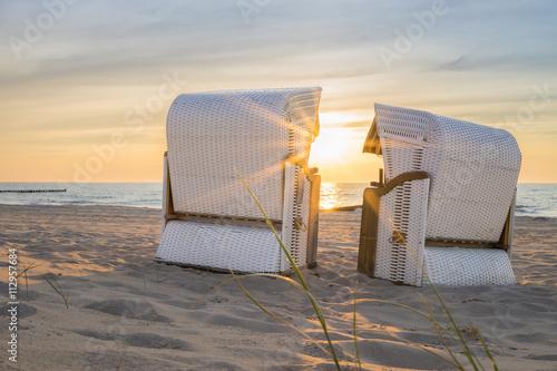 Die Abendstimmung im Strandkorb an der Ostsee geniessen - 112957684
