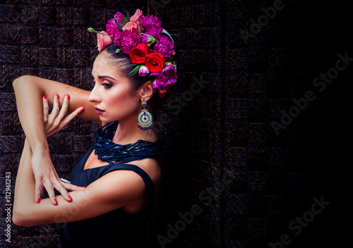 Zdjęcia na płótnie, fototapety, obrazy : young attractive brunette in wreath of multicolored roses