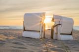Die Abendstimmung im Strandkorb an der Ostsee geniessen - 113037823