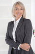Attraktive blonde Geschäftsfrau im Portrait mit Hintergrund weiß. Konzept für Frauen in Führungspositionen.