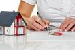 Leinwanddruck Bild - Frau unterschreibt Kaufvertrag für Haus