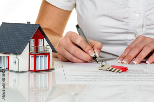 Leinwanddruck Bild Frau unterschreibt Kaufvertrag für Haus