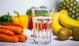 Gesunde Ernährung mit Wasser und Obst