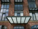 Modernes Vordach aus Stahlträgern und Milchglas an einem modernisierten alten Speicher in Münster - 113375422