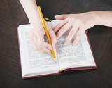 Libro sottolieanto con mani studio