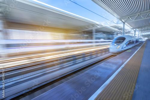 szybki pociąg na stacji kolejowej, ruch niewyraźne, porcelana tianjin.